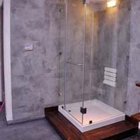 Shower enclosure with ceiling