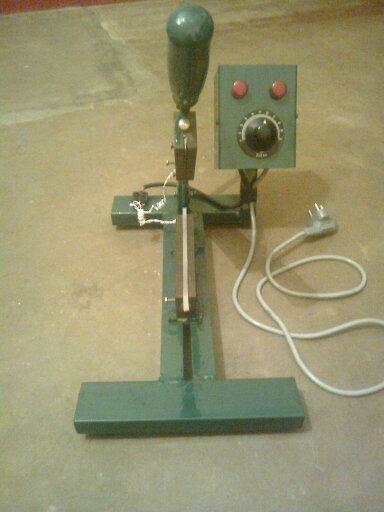 Manual Pouch Sealing & Center Cutting Machine