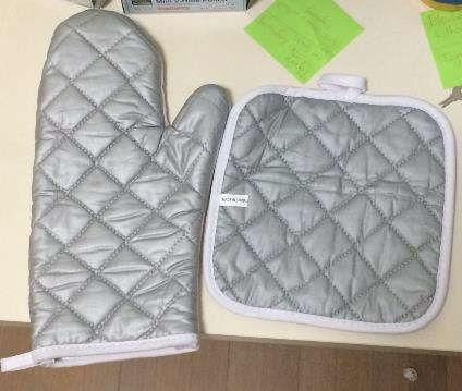 Oven Mitt and Hot Pad Set 01