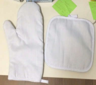 Oven Mitt and Hot Pad Set 02
