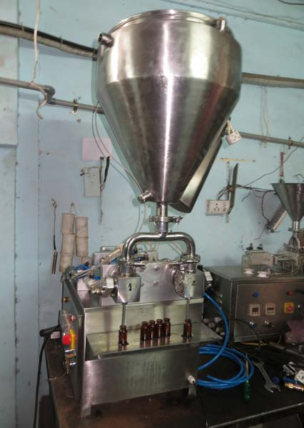 Twin Head Vacuum Liquid Filling Machine