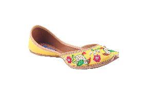 Yellow Embroidered Punjabi Jutti
